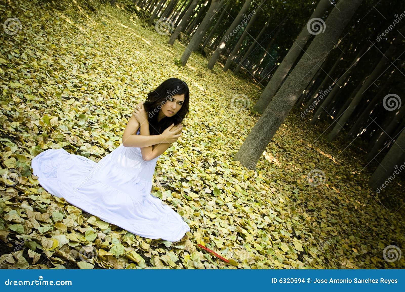 Erschrockene Frau im Holz