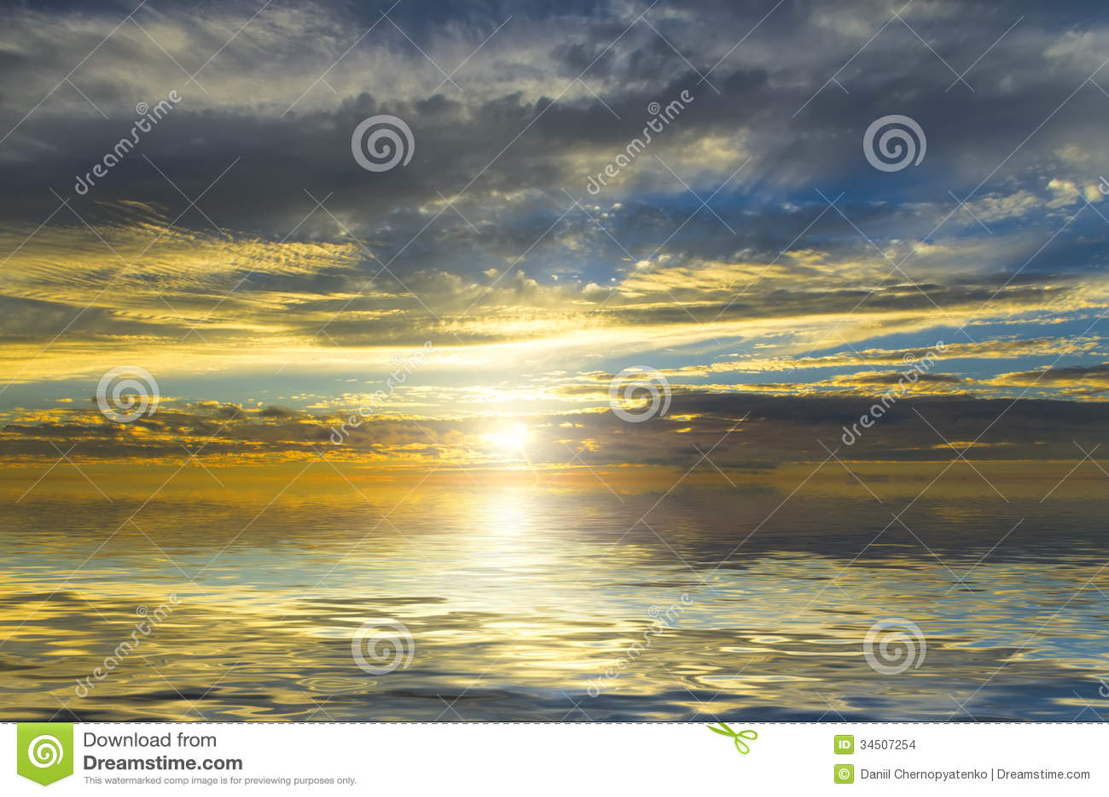 Erstaunliche Ansicht der Sonne, filternd durch die dunklen Wolken