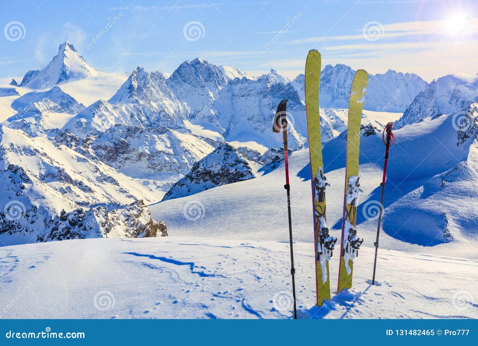 Erstaunliche Ansicht von Schweizer berühmten moutains im schönen Winterschnee Das Matterhorn und das Einbuchtung d ` Herens In de