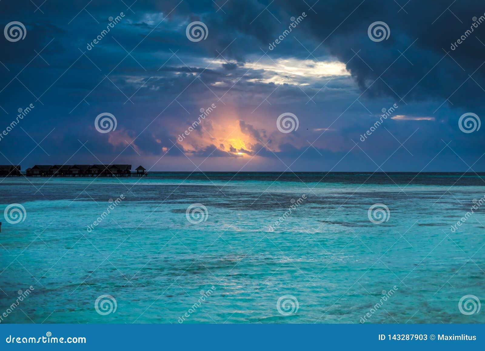 Erstaunlicher Sonnenuntergang über dem Ozean Bunte Reflexion im Wasser