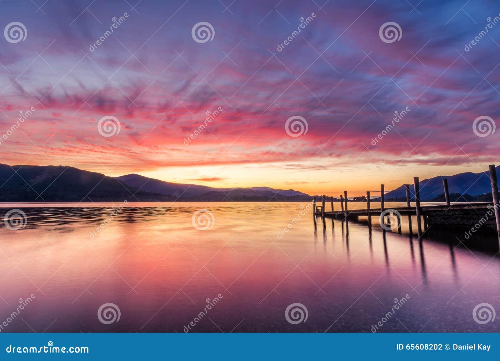 Erstaunlicher vibrierender Sonnenuntergang an Ashness-Anlegestelle in Keswick, der See-Bezirk, Großbritannien