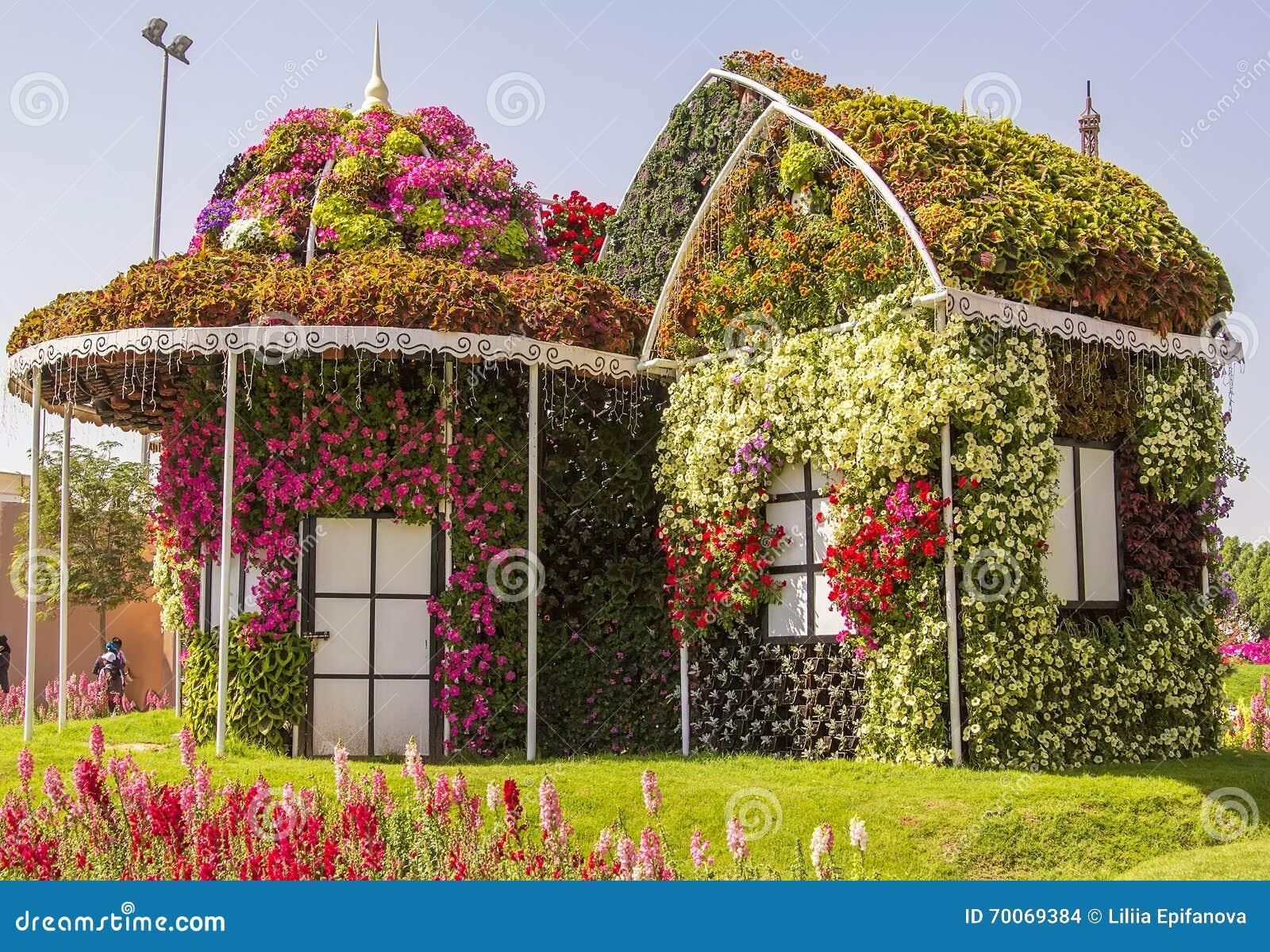 Erstaunliches Buntes Haus Von Blumen Im Wunder-Garten Stockfoto ...