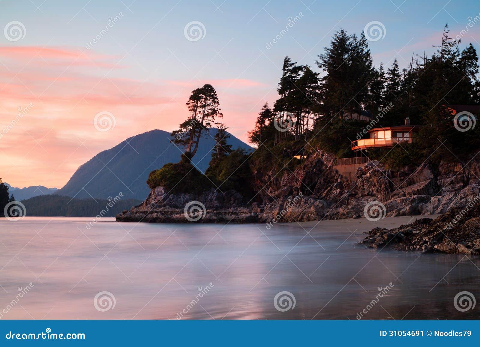Erstaunliches Haus über Dem Meer In Tofino-Strand, Kanada Stockbild ...
