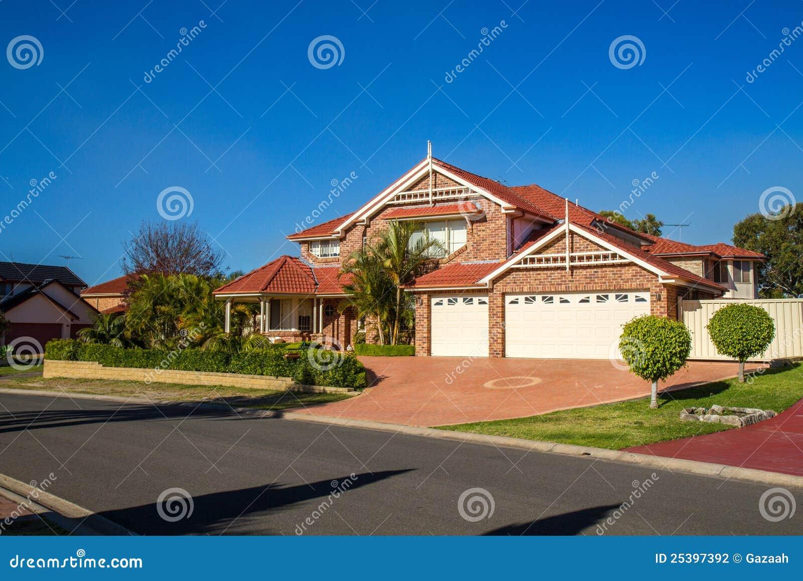 Erstaunliches Haus An Einem Schönen Sonnigen Nachmittag Stockfoto ...