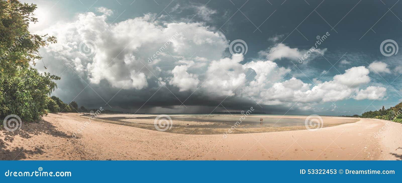 Erstaunliches Paradies-Strand-Panorama von den Paaren, die auf Strand gehen, während ein enormer Sturm aufkommt, Neil Island, And