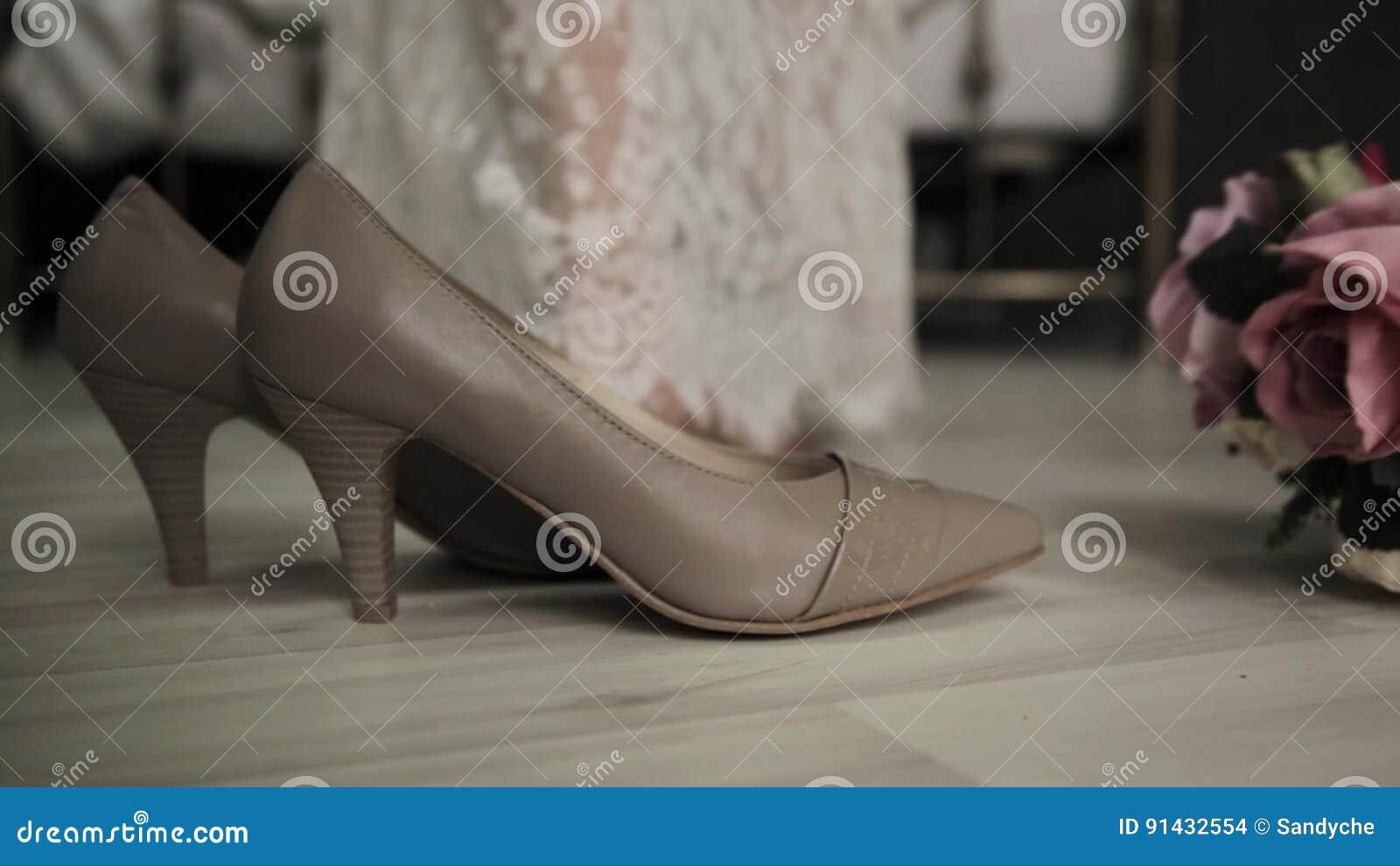Erste Hochzeitsnacht Braut Kommt Zu Einem Bett Entfernt Schuhe Und