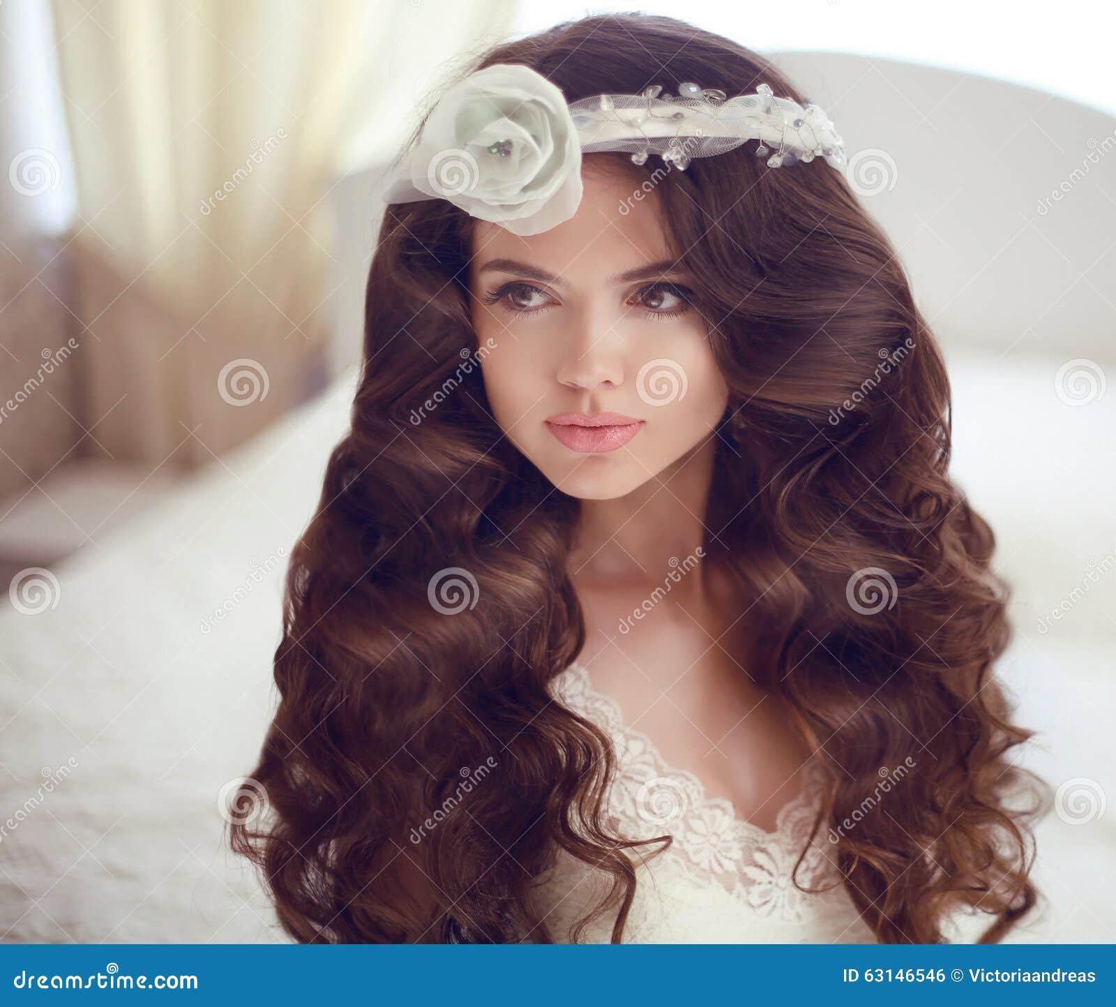 Erstellen Sie Portrait eines netten Baumusters mit schönen Verriegelungen ein Profil Schönes Brunettebraut-Mädchenmodell mit lang