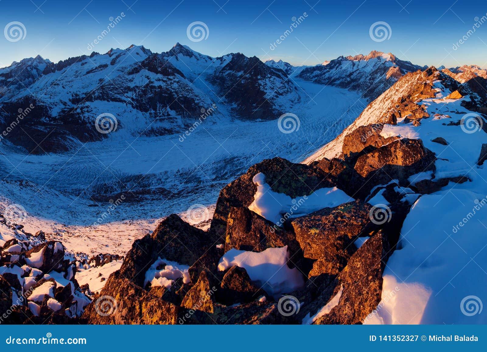 Erster Schnee in den Alpenbergen Majestätischer Panoramablick von Aletsch-Gletscher, der größte Gletscher in den Alpen an UNESCO-