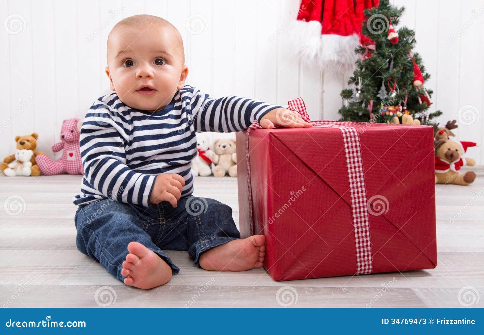 Erstes Weihnachten: Baby, Das Ein Geschenk Auspackt Stockbild - Bild ...