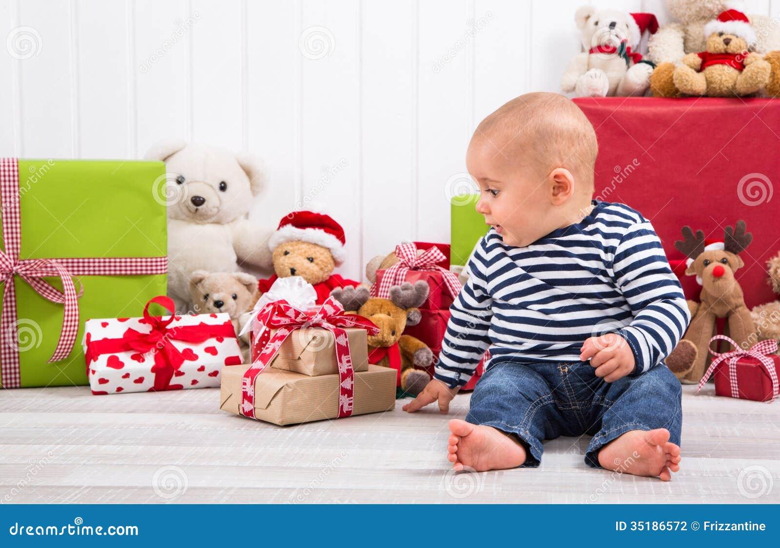 erstes weihnachten baby das ein geschenk auspackt. Black Bedroom Furniture Sets. Home Design Ideas