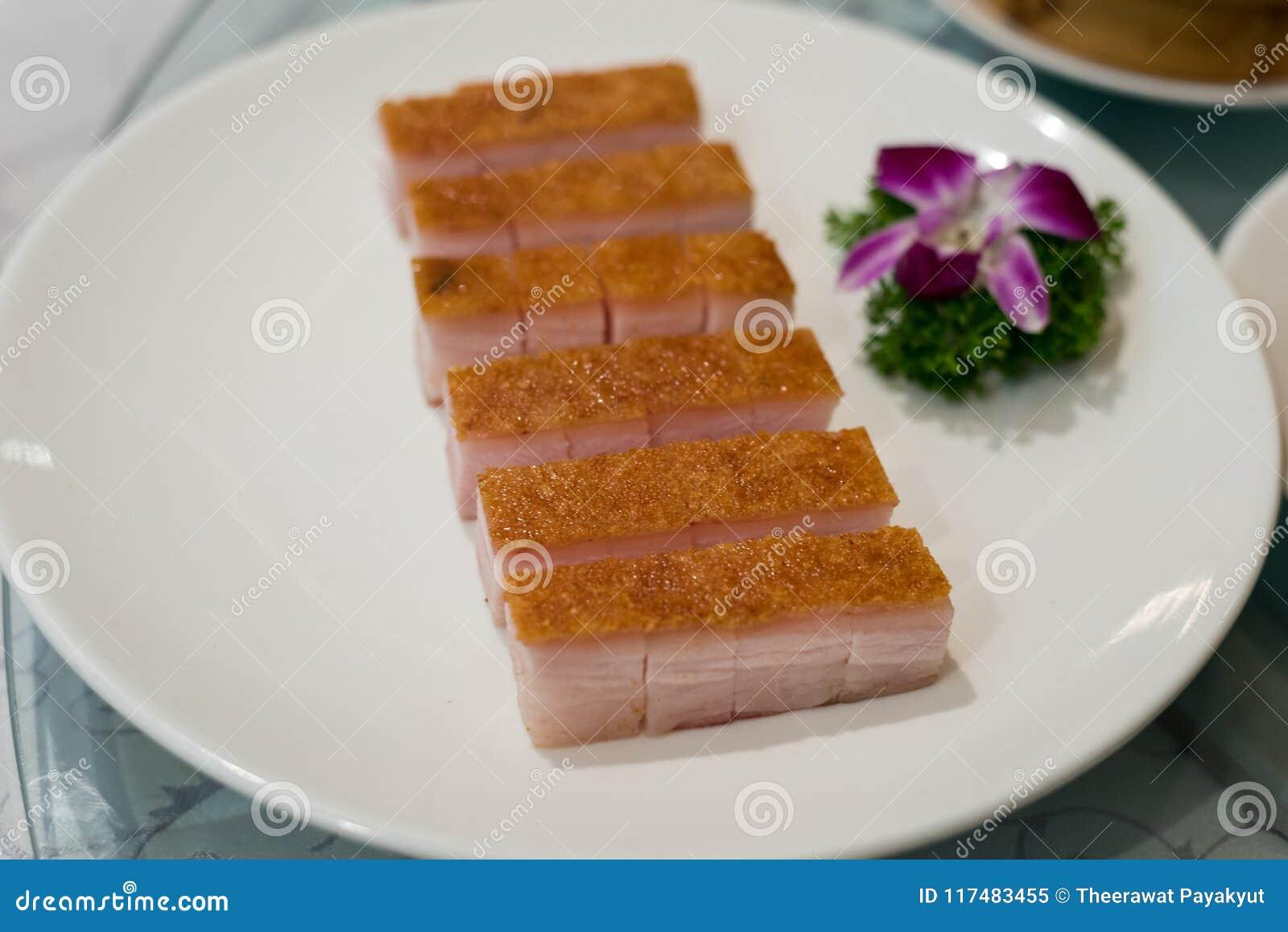 Erstklassiges chinesisches knusperiges gebratenes Bauchschweinefleisch in den weißen Tellern am Chi