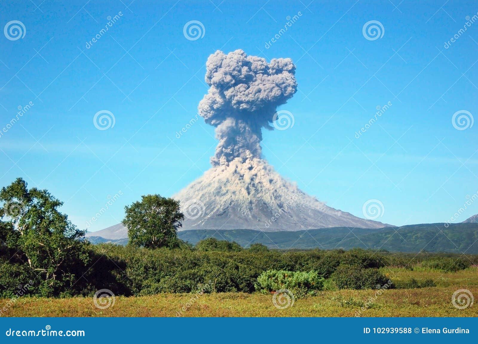 Erupção do vulcão de Karimskiy em Kamchatka