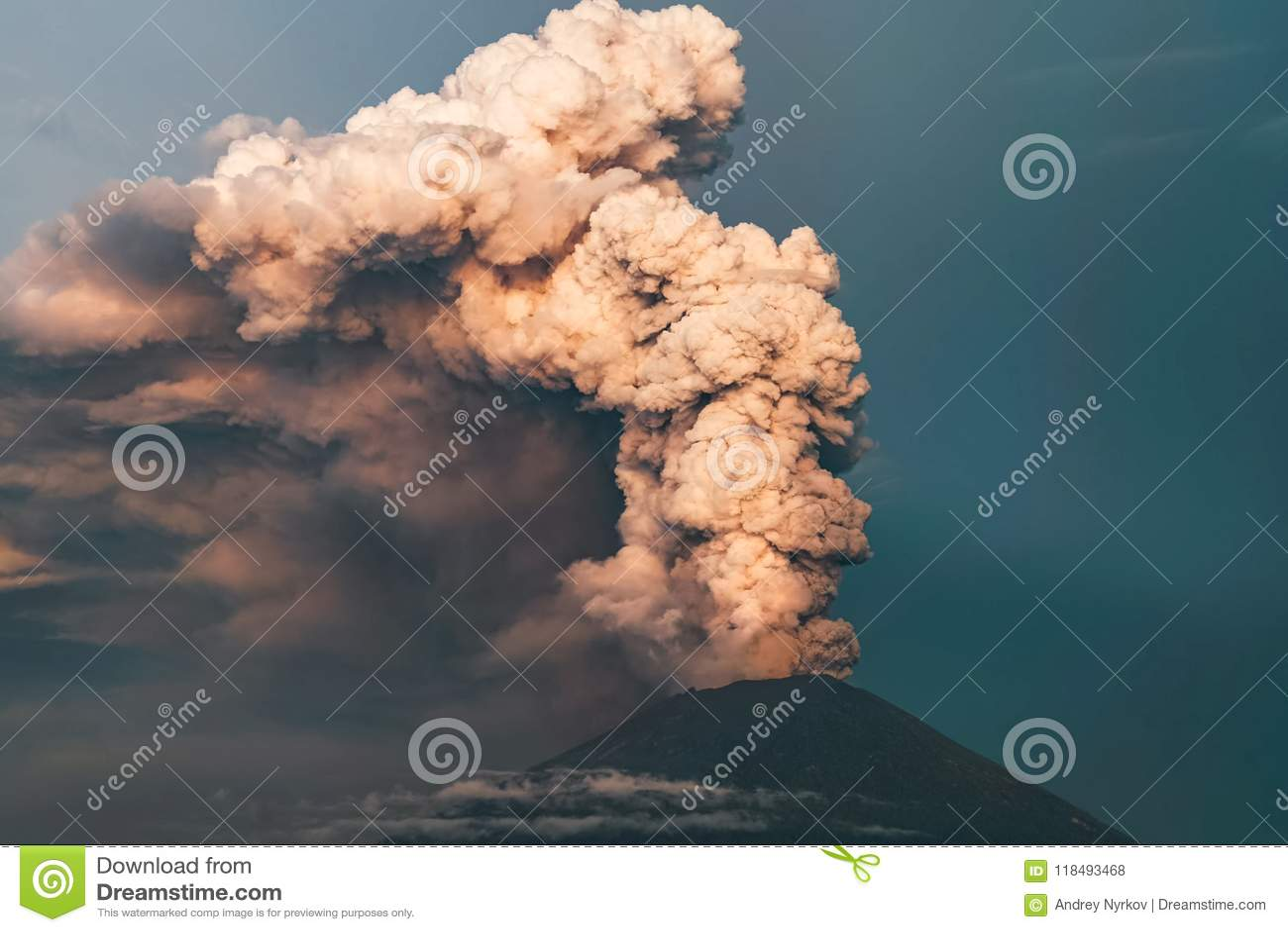 Eruption Club di fumo e della cenere nell atmosfera