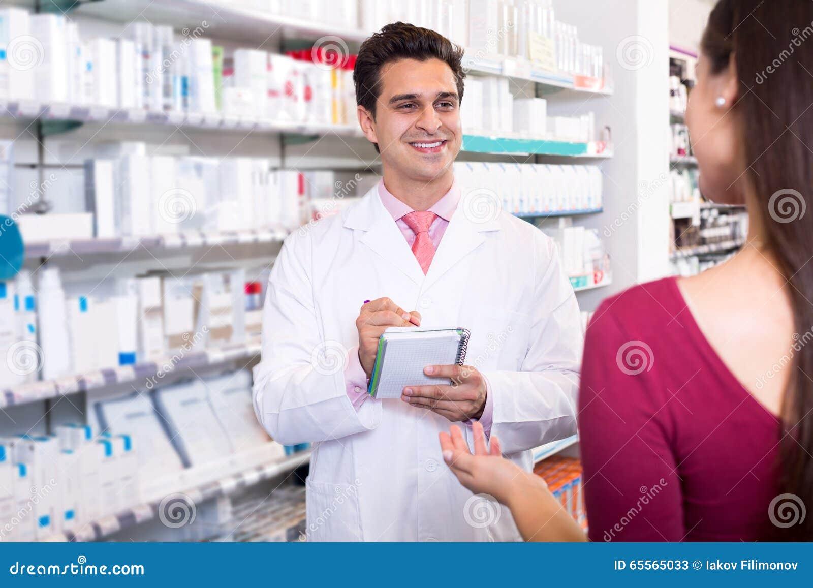 Ervaren apotheker die vrouwelijke klant adviseren