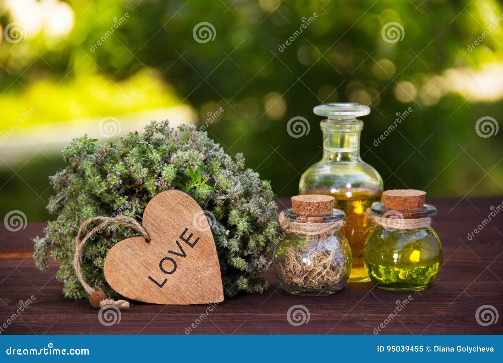 Ervas e óleos naturais Tomilho e elixir aromáticos da mágica A bebida do amor Poção de amor Medicina alternativa