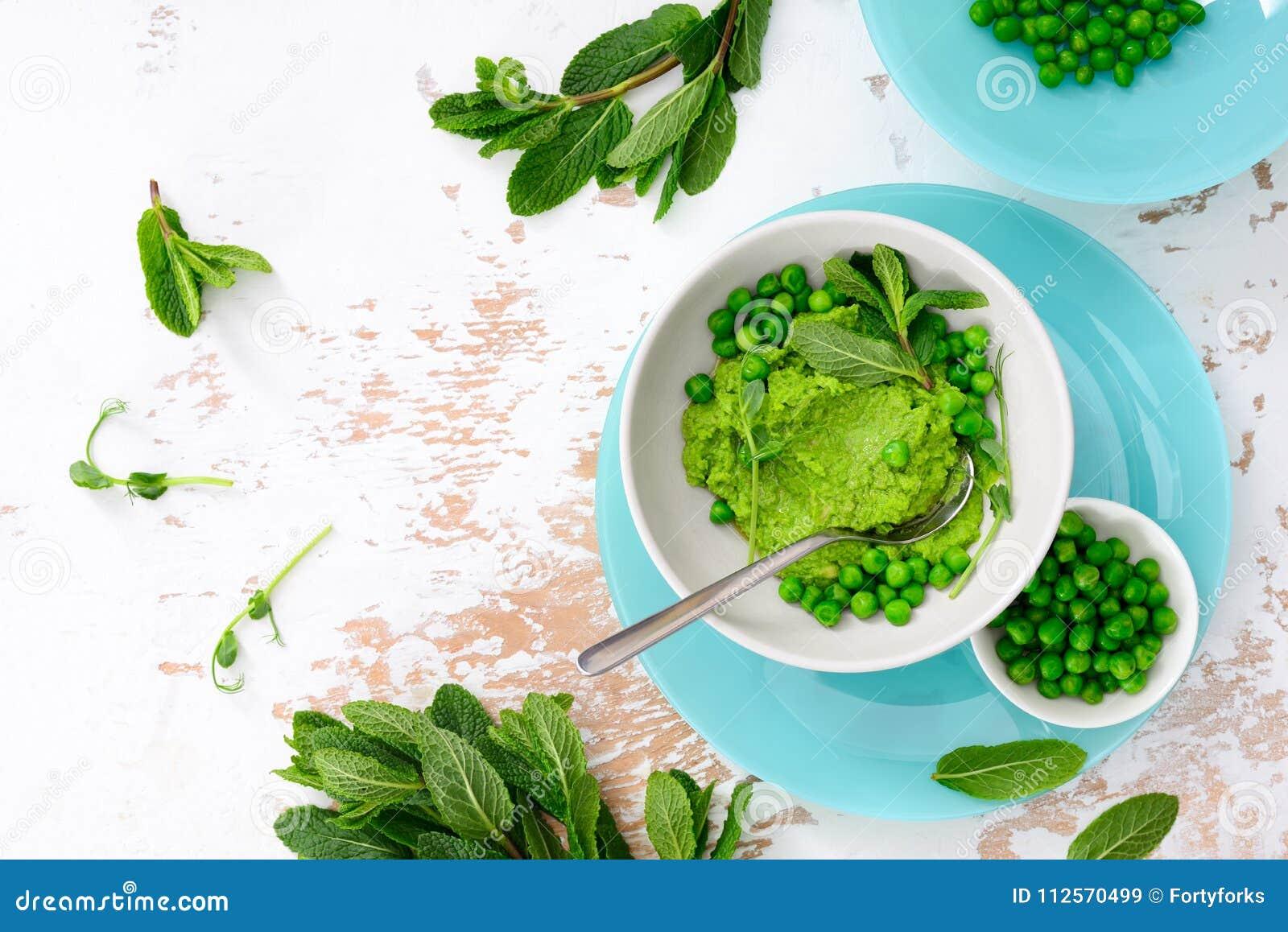 Ervilhas verdes e hortelã que refrescam o pesto verde