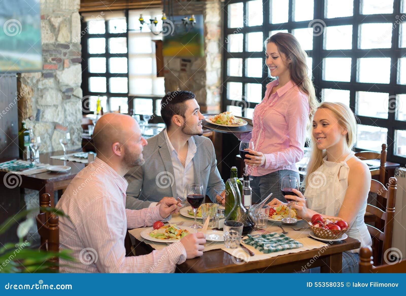 erwachsene die heraus im restaurant essen stockbild bild von frau erwachsene 55358035. Black Bedroom Furniture Sets. Home Design Ideas