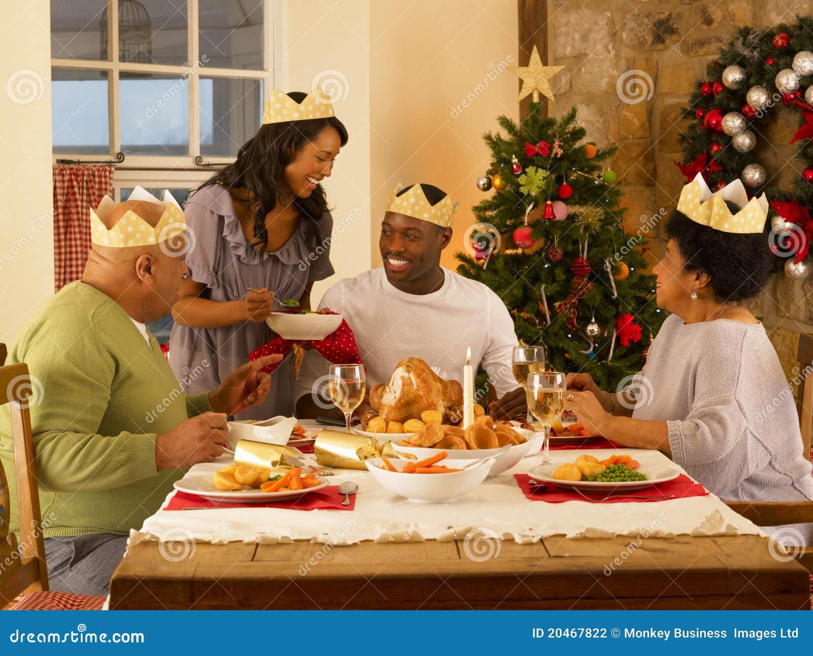 Familie, die zu Abend isst stockbild. Bild von familie