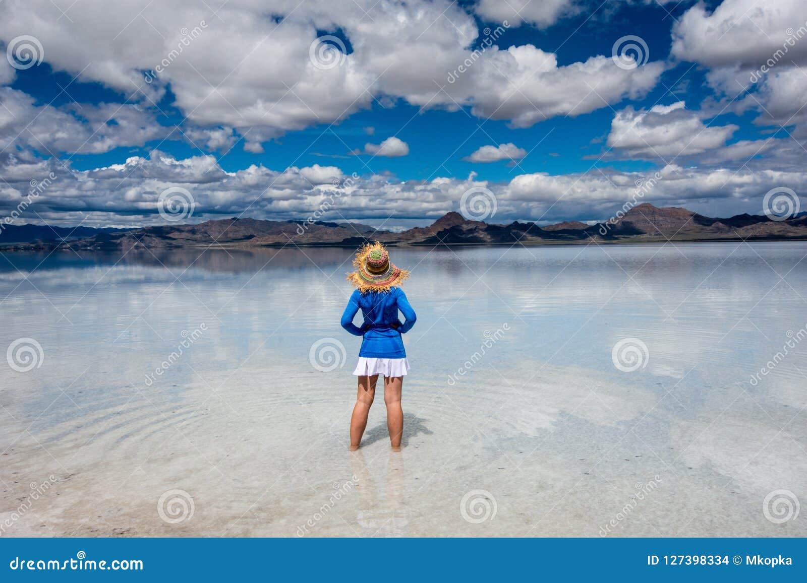 Erwachsene Frau trägt einen Strohhut, der an den Bonneville-Salz-Ebenen in West-Utah aufwirft