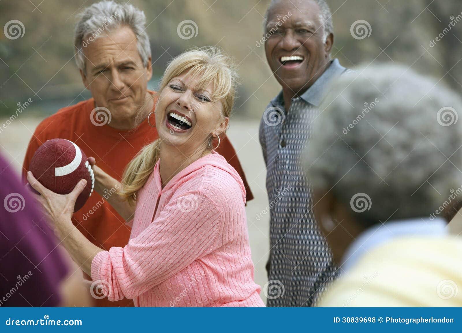 Erwachsene Freunde, die amerikanischen Fußball spielen