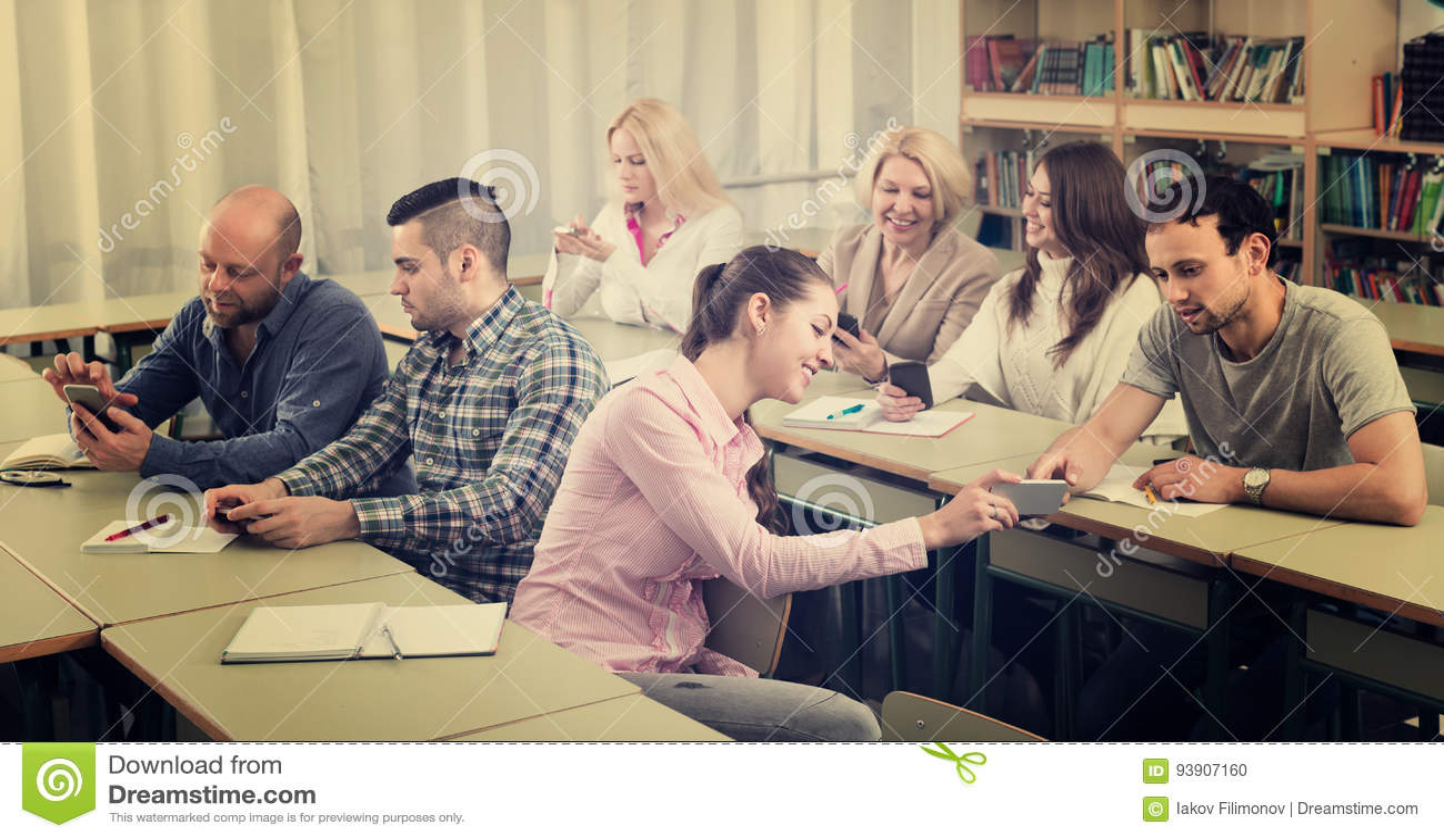 Erwachsene Studenten im Klassenzimmer