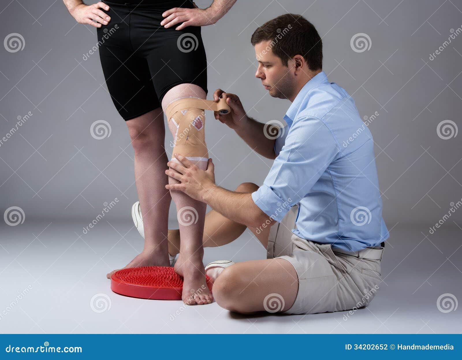 Erwachsener Mannesphysiotherapeut