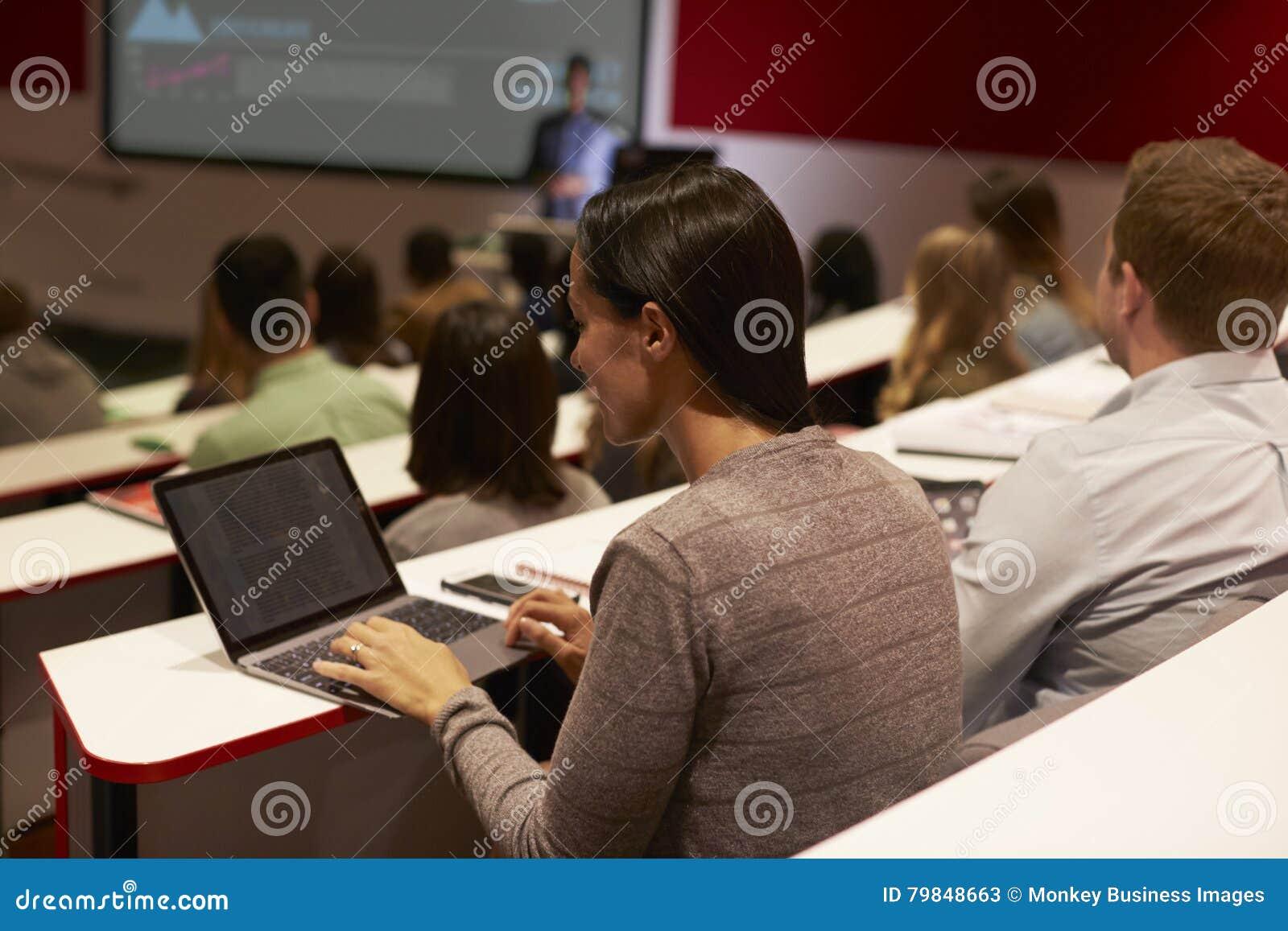 Erwachsener Student, der Laptop-Computer an einem Hochschulvortrag verwendet