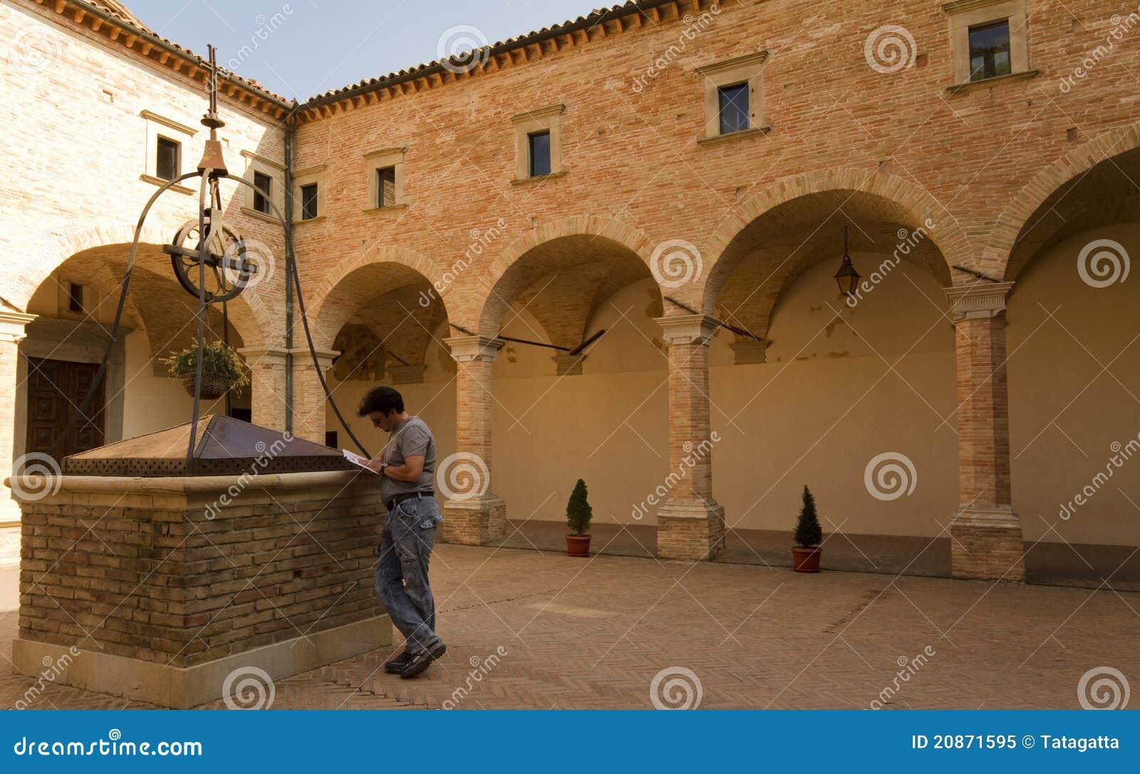 Erwachsener Tourist in historischer Toskana und in Umbrien, Ital