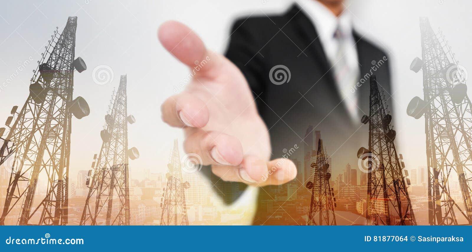 Erweiterungshand des Geschäftsmannes, mit Doppelbelichtung Telekommunikation ragt und Stadtansicht in Sonnenaufganghintergrund ho
