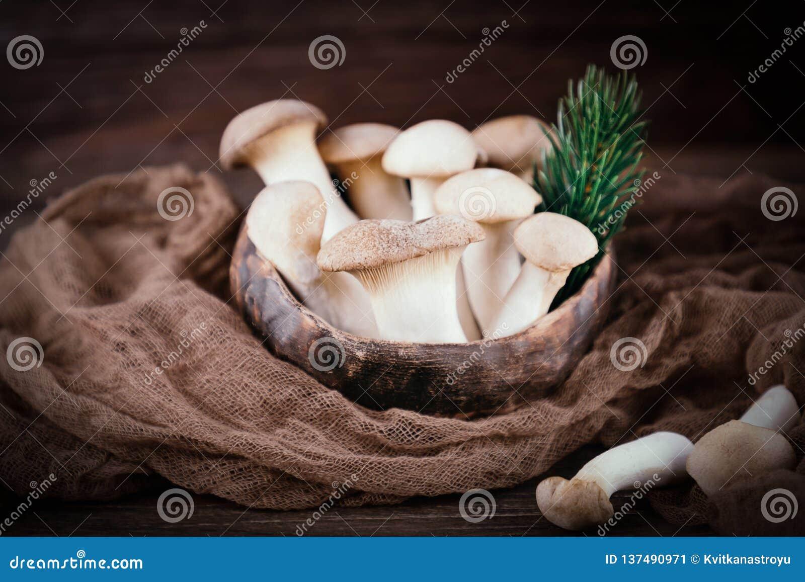 Eryngii de Pleurotus de champignon d huître de roi sur le fond en bois Type rustique