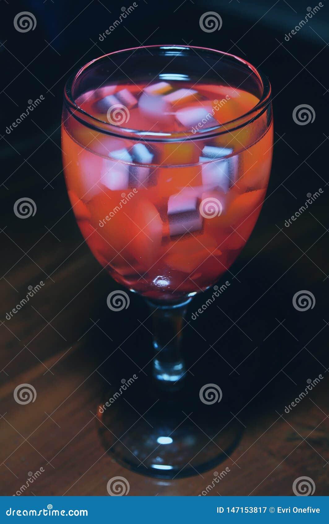 Es Campur koktajlu l?d - Galaretowy nap?j - Lukrowy deser robi? mieszana galareta i truskawkowy syrop