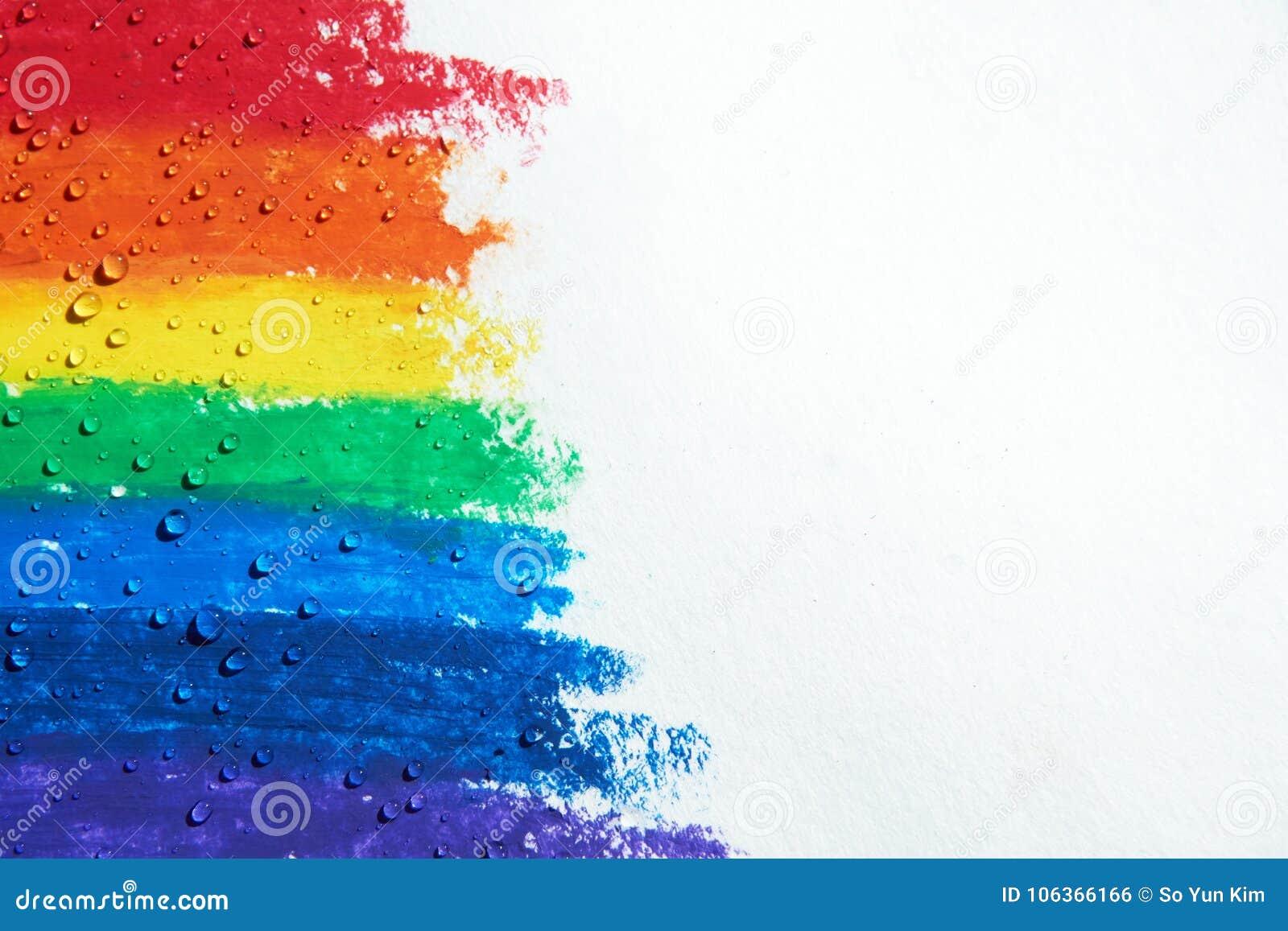 Es gibt die Wassertropfen, die über einem Regenbogen mit Zeichenstiften tropfen