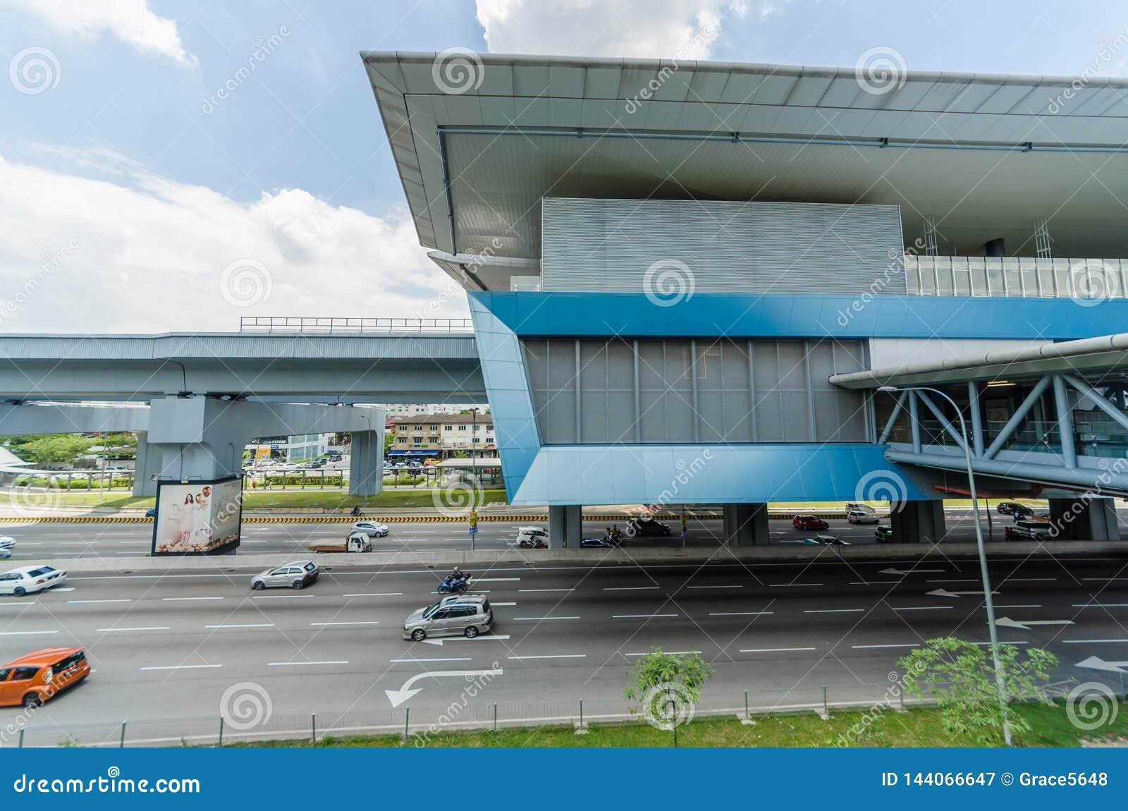 Es gibt einige Verbindungsbr?cken anschlie?t das Cheras-Freizeitmall und Eko Cheras-Mall direkt an die Station MRT Taman Mutiara