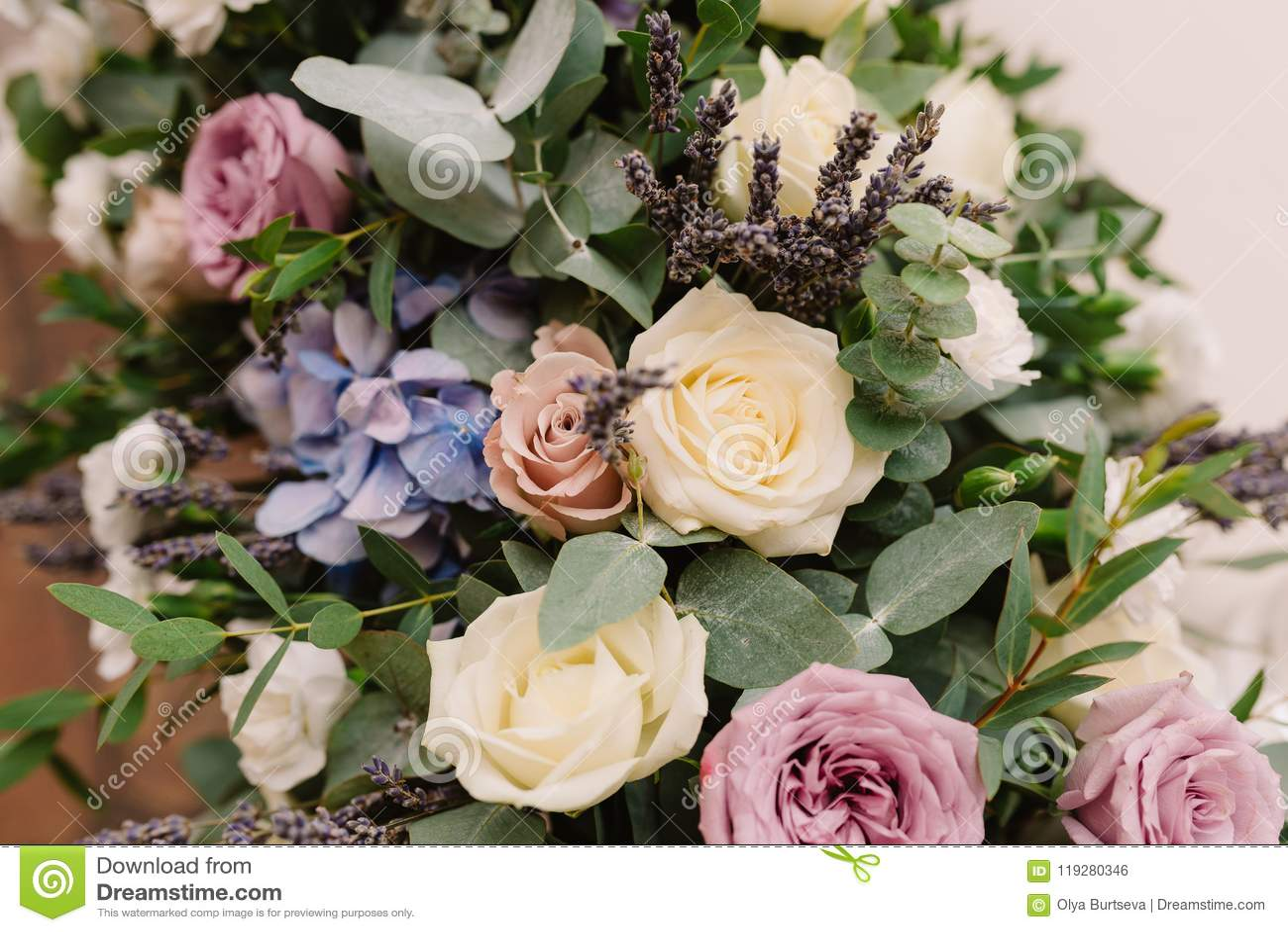 Es Muchas Flores Y Rosas Hermosas Foto De Archivo Imagen De