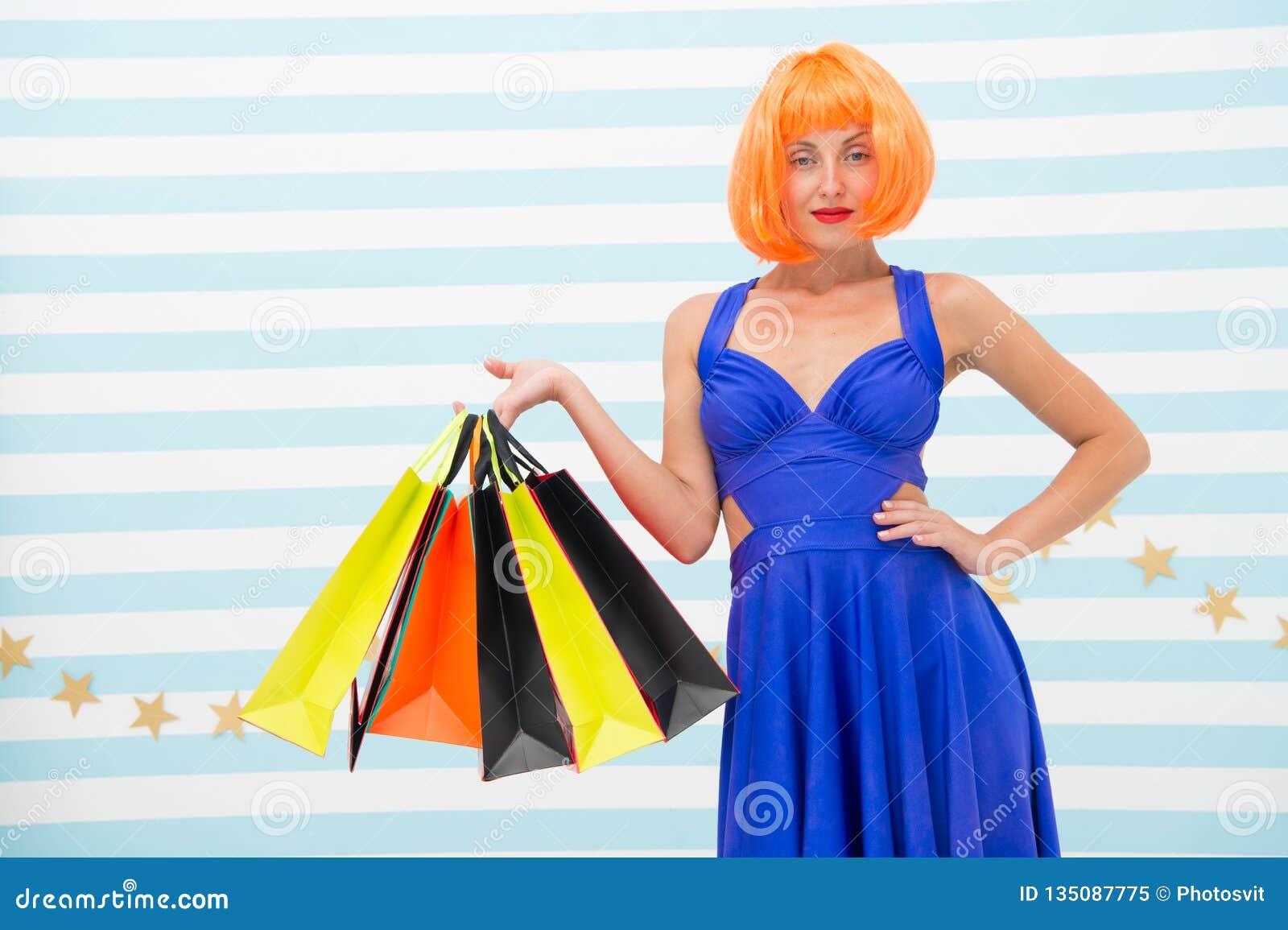 Es negocio Moda Ventas negras de viernes La mujer feliz va a hacer compras Compras felices en línea Buenas fiestas Muchacha loca