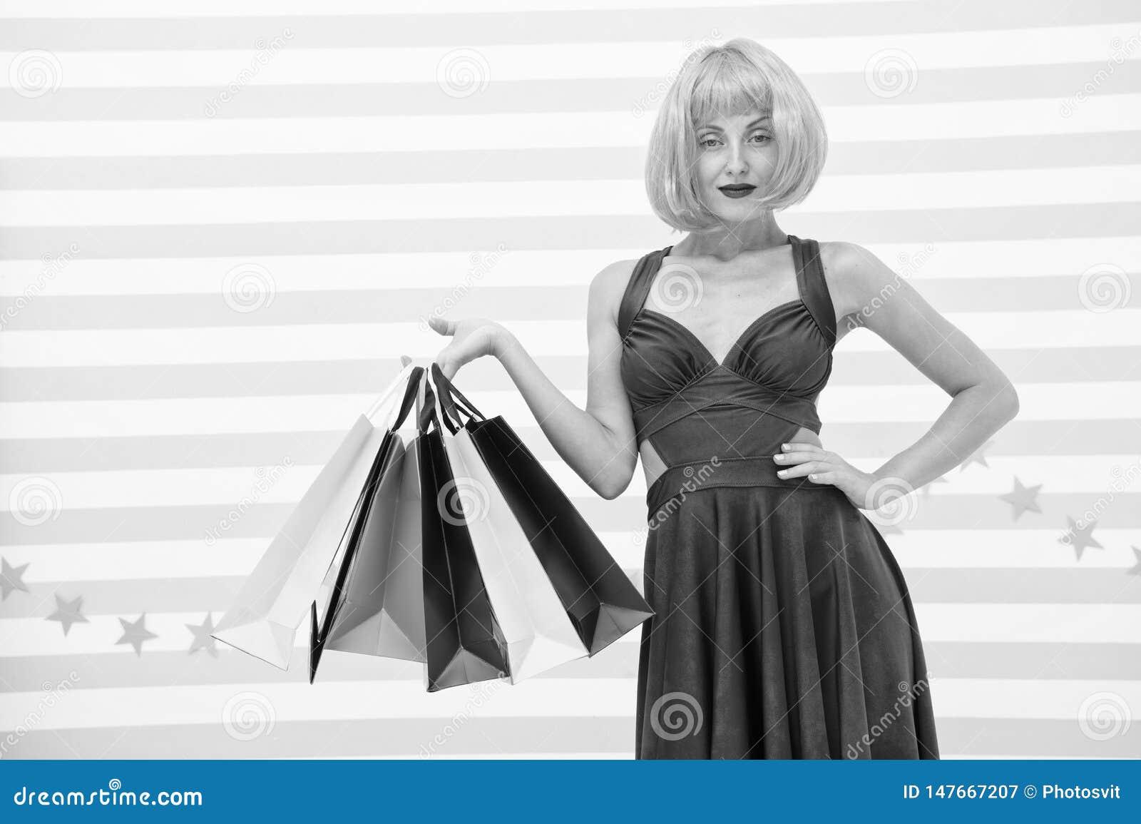 Es negocio Moda Ventas negras de viernes La mujer feliz va a hacer compras Compras felices en l?nea Buenas fiestas Muchacha loca