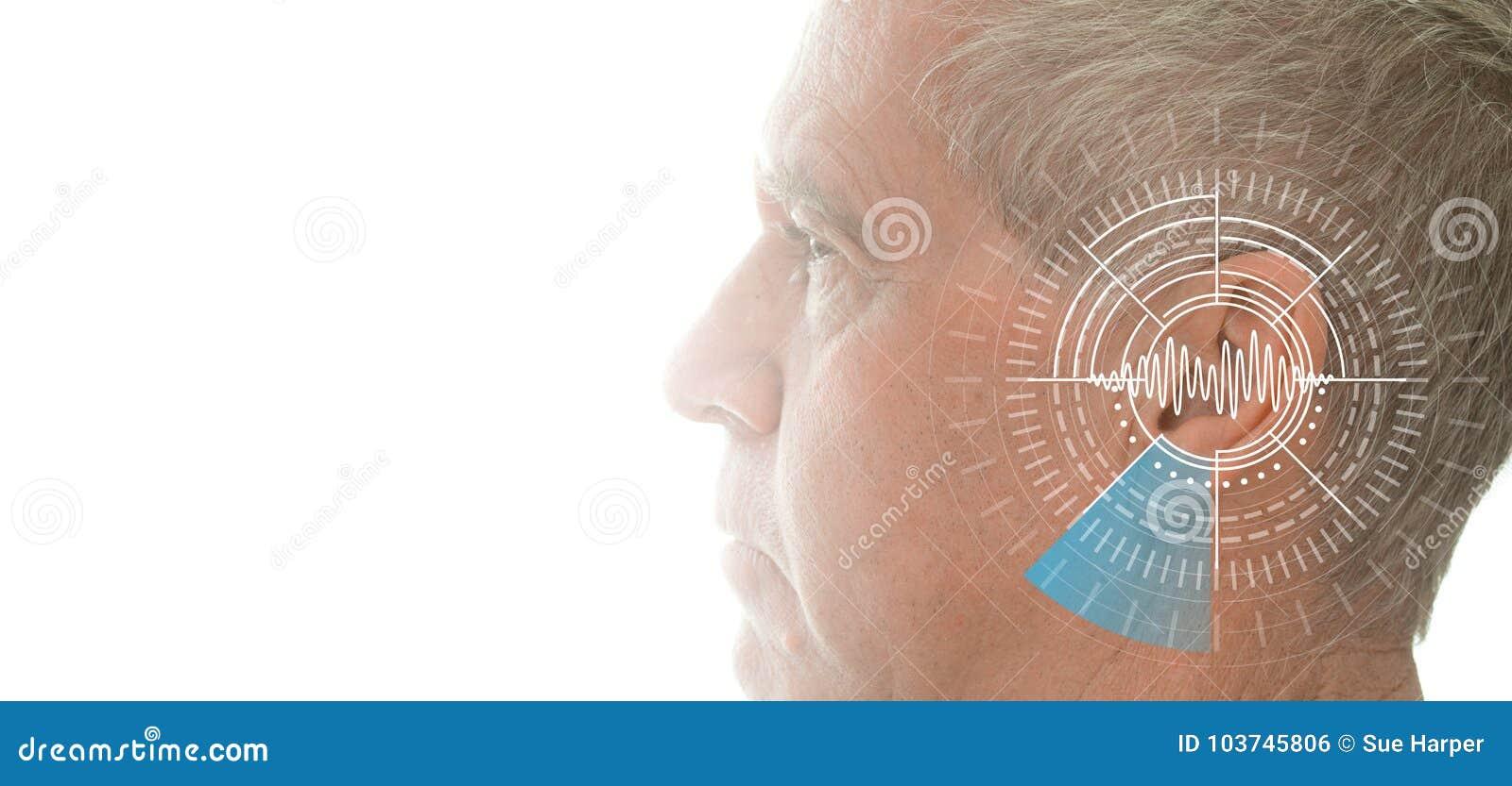 Esame di udienza che prova orecchio dell uomo senior con tecnologia di simulazione delle onde sonore