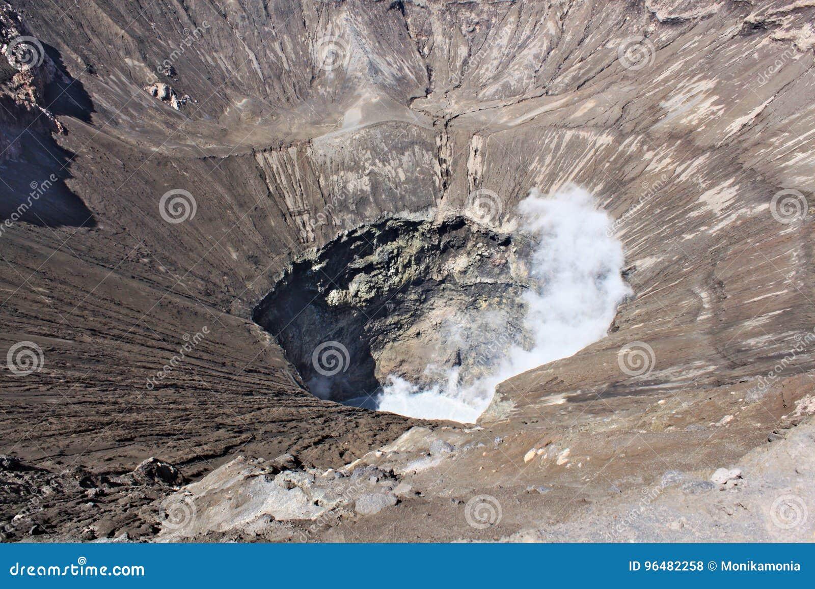Esaminare grande cratere del vulcano attivo di Bromo in Indonesia