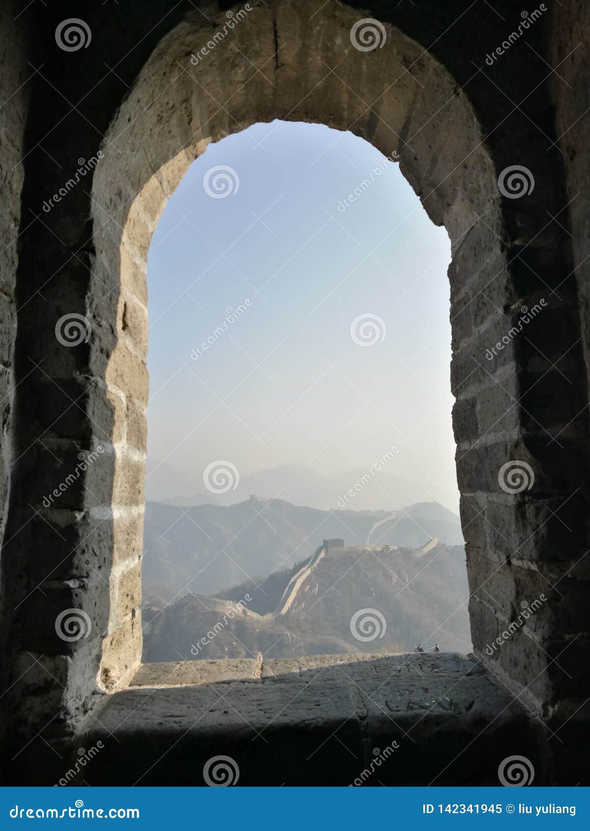 Esamini la grande muraglia attraverso il foro della finestra