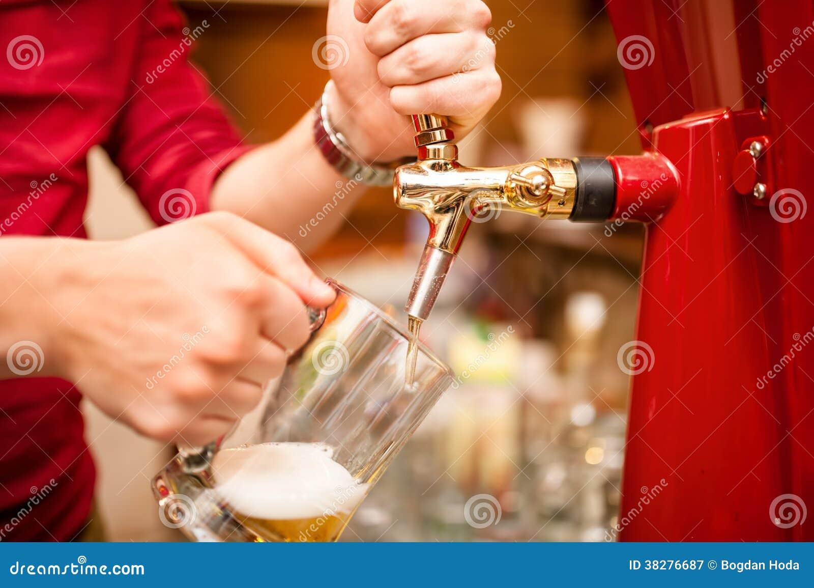 Esboço de derramamento da cerveja do barman no bar, barra