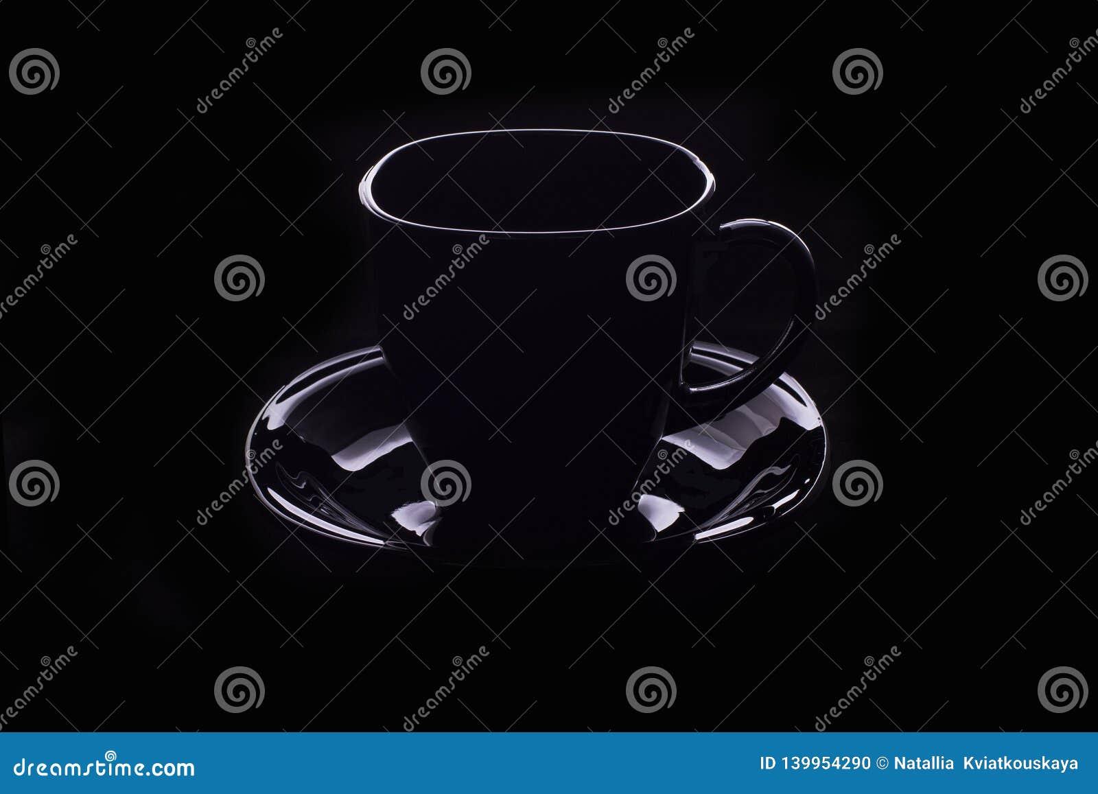 Esboço de um copo de café cozinhando no fundo preto