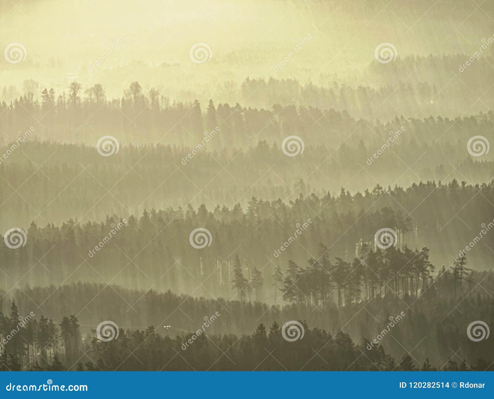 Esboços macios dos montes escondidos na névoa grossa, paisagem real vista obscura