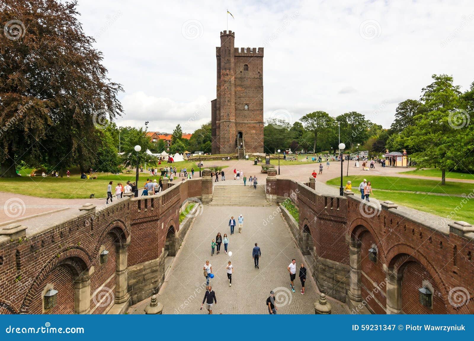 Download Escúdese La Opinión De Las Paredes Para La Torre De La Base Con Los Turistas En Helsingborg Fotografía editorial - Imagen de escaleras, base: 59231347