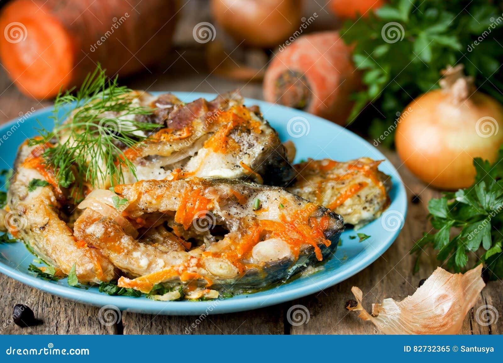 Escabeche рыб с овощами, marinated рыбами с луком и