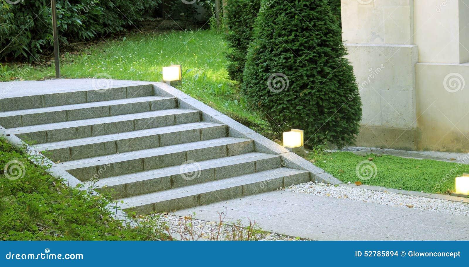 iluminacao jardim verde:Escada Do Projeto Da Paisagem Do Jardim Com Luz Foto de Stock – Imagem