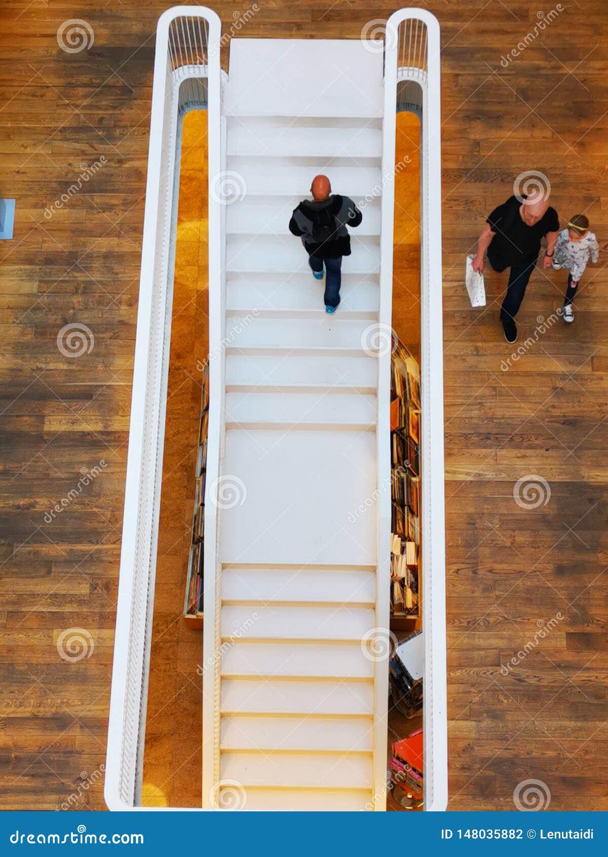 A escada interna na livraria de Carturesti em Bucareste, Romênia