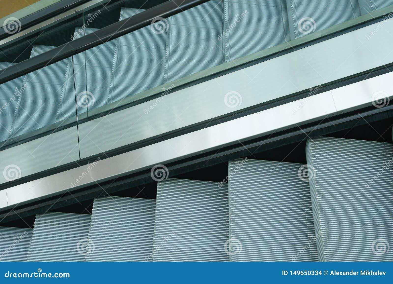 Escada rolante moderna na alameda