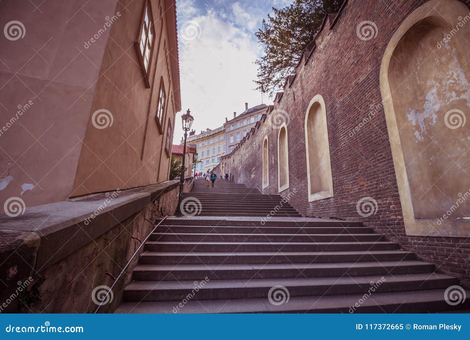 A escadaria ao castelo de Praga no verão em Praga, República Checa