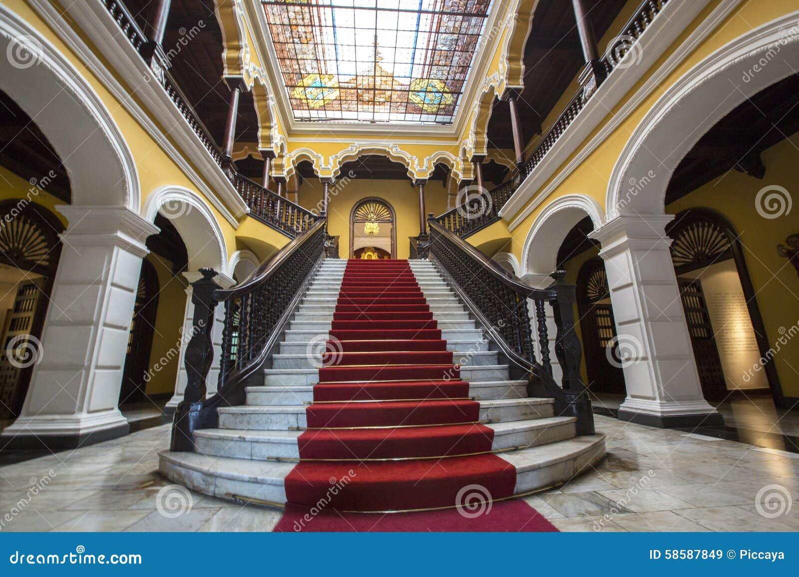 Escadaria colonial no Palácio do arcebispo em Lima, Peru
