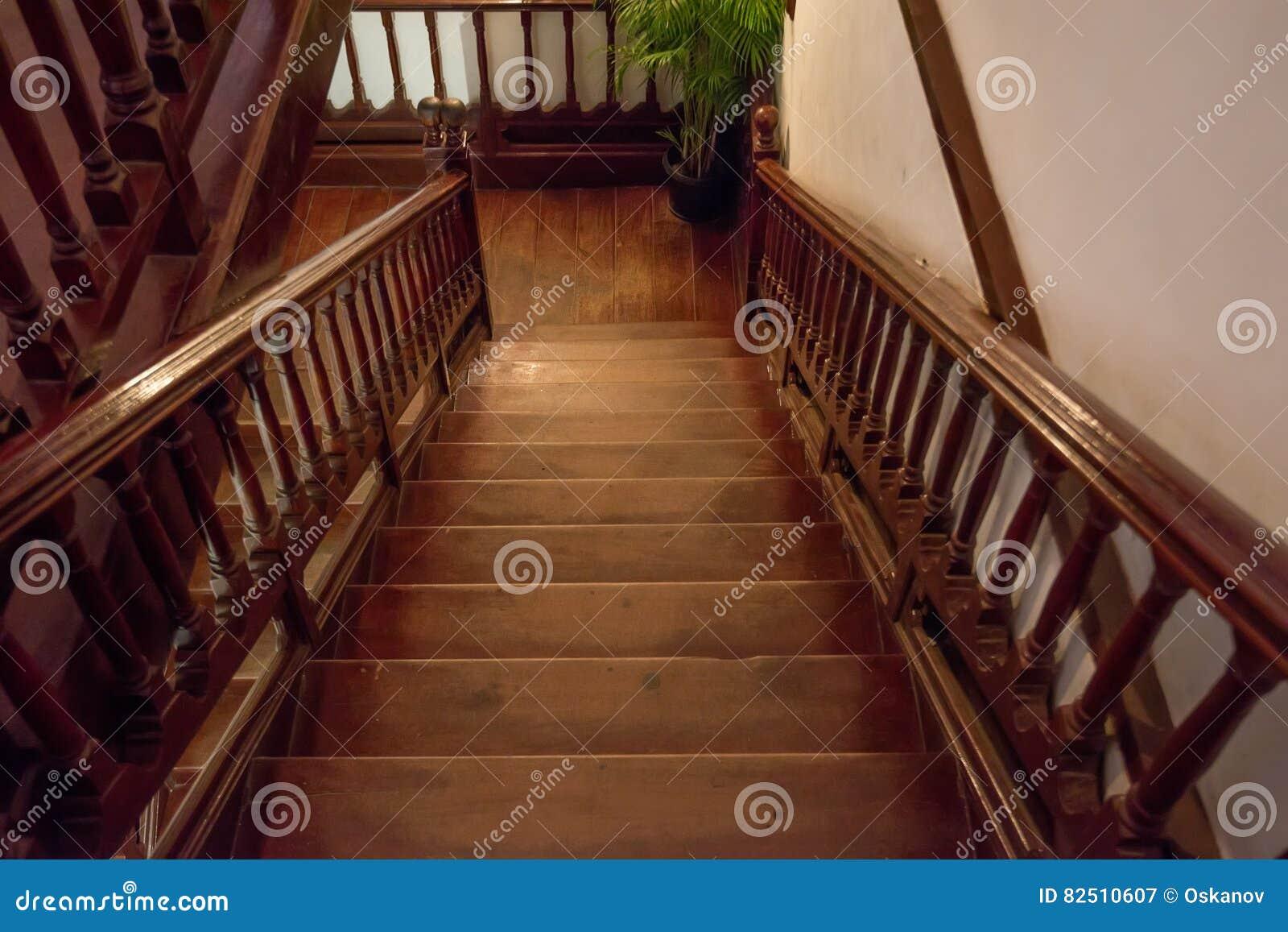 Escadaria de madeira de Brown